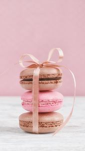 chocolate and strawberry macaroons All credits go to who ever first uploaded this pic Macaroon Wallpaper, Cupcakes Wallpaper, Food Wallpaper, Iphone Wallpaper, Iphone Backgrounds, Macarons Rosa, Pink Macaroons, French Macaroons, Wallpaper Quotes