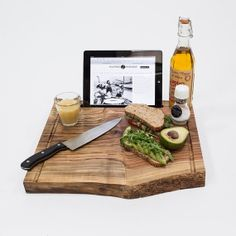 Chopping board where you can put in your iPad: the Big Chop van The Hunting Ensemble en Atel. Diy Cutting Board, Wood Cutting Boards, Big Chop, Cool Kitchen Gadgets, Cool Kitchens, Ipad Stand, Cottage Style, Design Trends, Make It Yourself