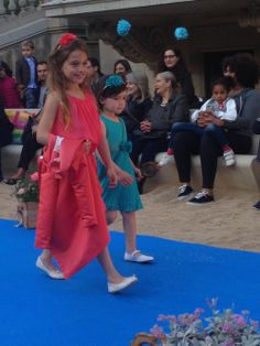 Dos niñas preciosas desfilando en el evento de moda infantil Petit Style Walking 2014 en Barcelona.