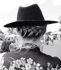 La tresse couronne + chapeau, le combo gagnant