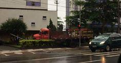 Caminhão invade prédio na avenida da praia de Santos, SP, após colisão