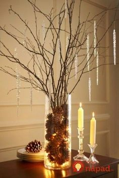 ▷ ideas for decorating with pine cones to astonish- ▷ Ideen für Deko mit Tannenzapfen zum Erstaunen decoration-with-pine-cones-like-a-tree-in-the-vase-candles-and-pendants - Easy Christmas Crafts, Diy Christmas Tree, Simple Christmas, Deco Noel Nature, Nature Decor, Christmas Table Centerpieces, Xmas Decorations, Natural Christmas Decorations, Centerpiece Ideas