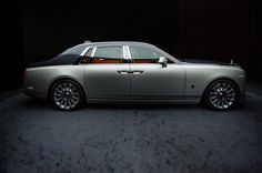 Styling-wise, the Phantom VIII is evolutionary rather than revolutionary. Rolls-Royce designers struck a careful balance between modernizing the aesthetics of the car and maintaining the signature Phantom look. Auto Rolls Royce, Rolls Royce Motor Cars, Rolls Royce Black, Classic Cars British, Best Classic Cars, Cadillac, New Rolls Royce Phantom, Vintage Rolls Royce, Private Jet