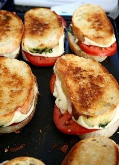 French bread, mozzeralla cheese, tomato, pesto, drizzle olive oil…grill : Oh YUM! Food For Thought, Think Food, I Love Food, Good Food, Yummy Food, Yummy Veggie, Yummy Lunch, Veggie Food, Pesto Sandwich