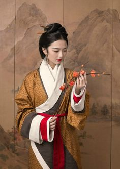 Chinese Traditional Costume, Traditional Outfits, Shanghai Girls, Chinese Drawings, Chinese Art, Vogue Korea, China Girl, Chinese Clothing, Oriental Fashion