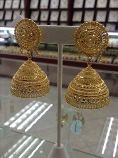 jumkas in gold Gold Jhumka Earrings, Gold Bridal Earrings, Indian Earrings, Indian Jewelry, Bridal Jewelry, Gold Jewelry, Jewellery, Gold Ring Designs, Gold Earrings Designs