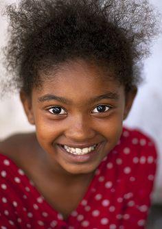 Lamu kid girl - Kenya by Eric Lafforgue Beautiful Smile, Beautiful Children, Black Is Beautiful, Life Is Beautiful, Beautiful People, Eric Lafforgue, Kids Around The World, We Are The World, People Around The World