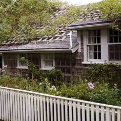Cottage gardens - Well-constructed rooftop latticework gives climbing roses breathing room, improving rain runoff as well as circulation around the plants (thereby reducing chance of disease). Outdoor Rooms, Indoor Outdoor, Outdoor Decor, Plant Design, Garden Design, Garden Structures, Outdoor Structures, Garden Inspiration, Garden Ideas