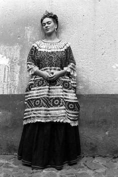 Artist Frida Kahlo in the Blue House, Coyoac·n, Mexico, ca. (Photo by Leo Matiz/Leo Matiz Foundation Mexico/Getty Images) Diego Rivera, Muse, Frida Kahlo Portraits, Frida And Diego, Harper's Bazaar, Mexico Art, Mexican Artists, Edward Weston, Art World