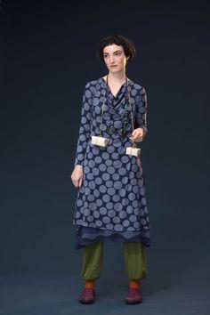 """Was auf den ersten Blick wie ein einfaches Kleid wirkt, entpuppt sich beim genaueren Hinsehen als absolut festtaugliches Modell für viele Gelegenheiten. Dafür sorgen u.a. der raffiniert drapierte Ausschnitt und der besonders weich fallende Viskosetrikot. Das zweifarbige grafische Mustert heißt """"Snö"""". http://www.gudrunsjoeden.de/Mode--40152d.html"""