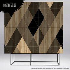 Vinilo para muebles de hogar, trasteros armarios y puertas con un elegante diseño de rombos negros y grises sobre madera natural. #lokolokodecora