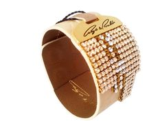 Beige color bracelet from Cango & Rinaldi looks awesome. Beige leather gives the crystal the room to shine and that´s what they really do in this one. Lot of small Swarovski crystals completes this beautiful beige color bracelet.