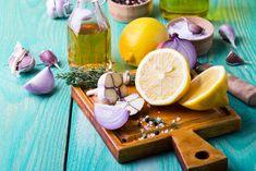 Při přípravě zálivka na salát se hodí nejen citrón,a le i cibule a česnek Menu, Cheese, Table Decorations, Food, Lemon, Menu Board Design, Essen, Meals, Yemek