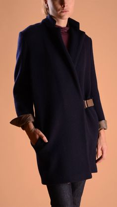 Cucinelli 100% cashmere coat, 100% silk lining, two welt pockets with snap button, concealed button fastening, adjustable leather belt.