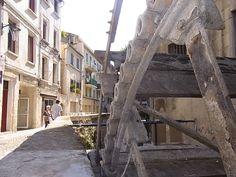 年季の入った水車。 演劇際が行われていたアビニョンの街の中で見つけた、古い水車。コケが生え、木が古くなり時が止まった水車。この水車がまだ街の人々のために活発に動いていた時代、どのような風景が広がっていたのだろうか?