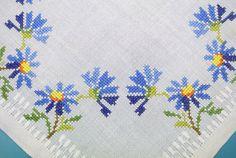 Exceptionelly motivo de stich Cruz Azul aciano bordado hecho a mano bien hecho vintage de 1980 en tableta cuadrada lino blanco / paño de mesa.  Excelente estado vintage!  Tamaño: 15.5 / pulgadas en la Plaza.