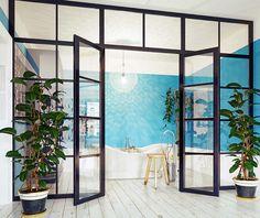 Sklenené steny soceľovým rámom v industriálnom štýle Modern Bathrooms Interior, Bathroom Modern, Photo Composition, Logo Design, Graphic Design, Creative Photos, Concept, Glass, Wall