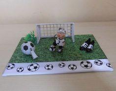 """Geldgeschenk Fußball Auf einer Malpappe habe ich Rasen """"ausgesät"""" ... natürlich aus Bastelkarton. Eine kleine Fußballszene ist entstanden. Die Trillerpfeife und der Spieler sind..."""