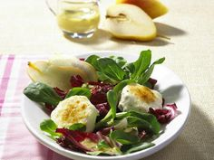 Gebackener Ziegenkäse an gemischtem Salat und Wallnüssen mit einer Orangen-Honig Vinaigrette