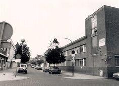 :Het bedrijfspand van de banketfabriek Kester aan het Broersveld. 1991 tegenover toen de Bas van der Heijden. Schiedam
