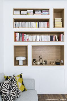 2 Small And Cute French Apartments Under 50 Square Meters These apartments from French designer Margaux Beja are just as chic as you would expect. Room Shelves, Built In Shelves, Built Ins, Bookshelves Tv, Bookcase, French Apartment, Muebles Living, Interior Architecture, Interior Design