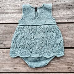 60 New ideas crochet baby romper pattern inspiration Baby Knitting Patterns, Knitting For Kids, Baby Patterns, Stitch Patterns, Knit Baby Dress, Knitted Baby Clothes, Baby Knits, Baby Romper Pattern, Baby Sweaters