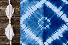 Techniques Shibori et Indigo Tie Dye Folding Techniques, Fabric Dyeing Techniques, Shibori Fabric, Shibori Tie Dye, How To Tie Dye, How To Dye Fabric, Diy Tie Dye Shirts, Natural Dye Fabric, Tie Dye Crafts