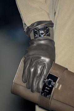 1d77eab8615f Hermès Fall 2009. Gants Mode, Maison Hermes, Bracelet Hermès, Des Gants De
