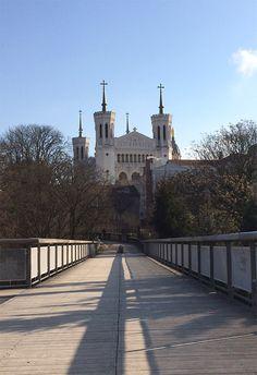 Passerelle des quatre vents à Lyon, entre le cimetière de Loyasse et la basilique de Fourvière #magnifiquefrance
