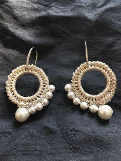 Orecchini fatti a mano con filo metallico e perle , crochet.