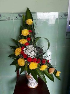 Tropical Floral Arrangements, Church Flower Arrangements, Church Flowers, Unique Flowers, Fresh Flowers, Arte Floral, How To Make Bows, Ikebana, My Flower