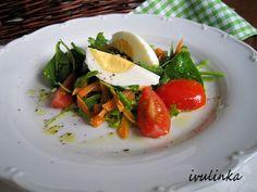 Opraný salát polníček vložíme do misky, přidáme nahrubo nastrouhanou mrkev a na půlky nakrájená rajčata.Olivový olej smícháme s dijonskou...
