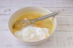 Versate infine la farina di riso, la fecola di patate, il lievito e mescolate bene il tutto, fino ad ottenere un composto liscio e senza grumi.