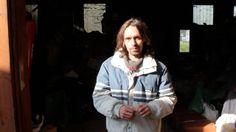 """Au sein d'une communauté Emmaüs, découvrez les portraits singuliers de ces Ulysse contemporains qui ont trouvé refuge dans un sous-bois parsemé de bennes, de hangars et de milliers d'autres objets disparates. Laissez-vous conter ces vies étonnantes avec retenue et pudeur. """"Sauf ici, peut-être"""", un documentaire de Matthieu Chatellier."""