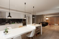Modern Kid-Friendly Apartment in Amazing Appearance: Pendants Add Visual Contrast To The Kitchen With White Countertop Design Ideas In Spacious Space And White Kitchen Cabinet Units ~ FreeSharing Apartment Inspiration Zeitgenössisches Apartment, Small Apartment Kitchen, Apartment Interior Design, Kitchen Interior, Family Apartment, Modern Interior, Kitchen Dinning, New Kitchen, Smart Kitchen