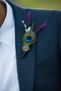 Feather Boutonniere, Corsage And Boutonniere, Peacock Wedding Favors, Peacock Themed Wedding, Peacock Wedding Flowers, Peacock Wedding Decorations, Peacock Decor, Peacock Colors, Anne Laure