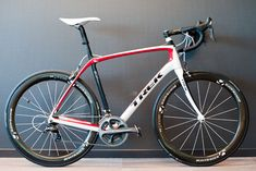Just arrived in the office: the Trek Domane 6.9. Shimano Dura Ace and Bontrager Aeolus 5 wheels and the new Bontrager Serrano saddle. How do you like that? More pics here; http://racefietsblog.nl/net-binnen-trek-domane-6-9/