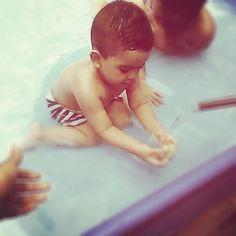 Mi chiqui disfrutando del solsito en su piscina. #poolboy #poolday #babyLiam #lovemybaby #instagramer #babygram #babyboy