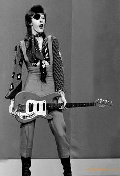 David Bowie at TopPop Television Studios in The Netherlands, performing his song Rebel Rebel. Angela Bowie, Duncan Jones, Ziggy Played Guitar, David Bowie Ziggy, Martina Mcbride, Pretty Star, New Wave, Ziggy Stardust, Rock Legends