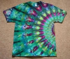 DIY Tie Dye Shirts Patterns with Instructions Tie Dye Peacock Fold ShirtTie Dye Peacock Fold ShirtTie Dye Peacock Fold ShirtTie Dye Peacock Fold Shirt How To Tie Dye, How To Dye Fabric, Kids Tie Dye, Camisa Hippie, Diy Camisa, Tie Dye Folding Techniques, Ty Dye, Diy Tie Dye Shirts, Tye Die Shirts