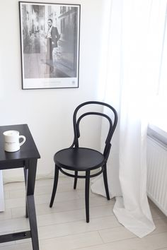 Homevialaura | time for window cleaning | livingroom | white linen curtains | gallery wall | TON Chair 14 | Dean & DeLuca