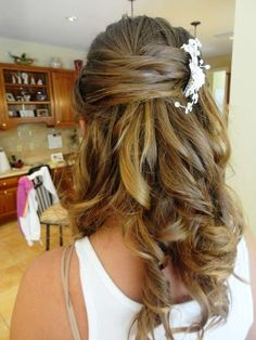 Acconciature sposa: il semiraccolto - Piccoli fiori bianchi nei capelli