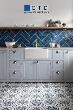 Wooden Kitchen Floor, Kitchen Wall Tiles Design, Modern Kitchen Tiles, Kitchen Flooring, Interior Design Kitchen, Tile Design, Blue Tile Backsplash Kitchen, Patterned Kitchen Tiles, Blue Walls Kitchen