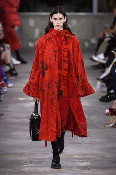 Valentino Pre-Fall 2019 Fashion Show Collection: See the complete Valentino Pre-Fall 2019 collection. Look 16 Runway Fashion, Fashion News, High Fashion, Winter Fashion, Fashion Outfits, Fashion Brands, Women's Fashion, Flower Fashion, Vogue Paris