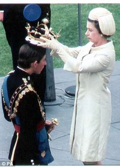 1969 ~ Queen Elizabeth II crowns Prince Charles during his investiture as the Prince of Wales at Caernarvon Castle. Windsor, Prince Phillip, Prince Charles, Duchess Of Cornwall, Duchess Of Cambridge, Camilla, The Heir, Historia Universal, Isabel Ii