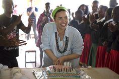 Demi Lovato es sorprendida con fiesta de cumpleaños en África