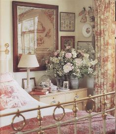 English Country Bedroom {warm and comfortable bedroom, still adore toile print} Agreed! Country Cottage Bedroom, Style Cottage, English Cottage Style, English Country Cottages, English Country Decor, French Country Bedrooms, French Country Decorating, English Cottage Bedrooms, English Bedroom