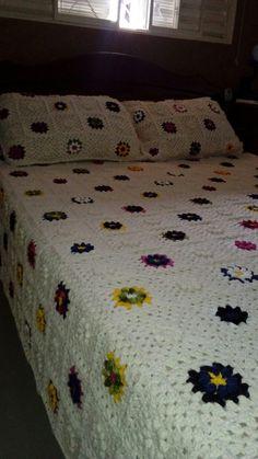 Colcha e travesseiros em crochê.
