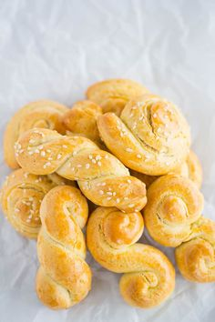 Koulourakia are traditional Greek Easter cookies that are infused with orange zest and perfect for dunking in coffee. Use baking ammonia for a fully authentic cookie! Greek Sweets, Greek Desserts, Greek Recipes, Just Desserts, Easter Snacks, Easter Recipes, Easter Ideas, Greek Cookies, Greek Pastries