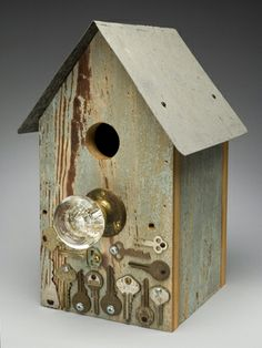 What to do with all the unknown keys - Metal effect for other projects. Wooden Bird Houses, Decorative Bird Houses, Bird Houses Painted, Bird Houses Diy, Bird House Feeder, Bird Feeders, Homemade Bird Houses, Bird House Plans, Birdhouse Designs